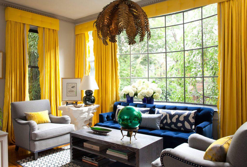 Синие шторы в желтом интерьере
